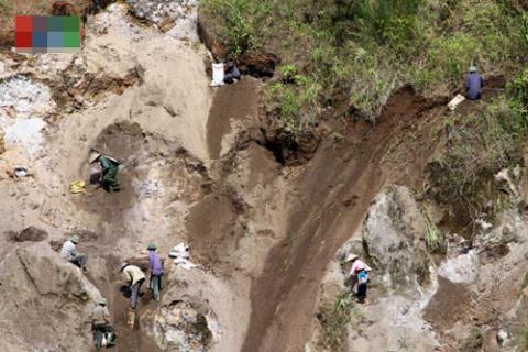 Lai Châu: Người dân đào trộm đất hiếm bán cho Trung Quốc