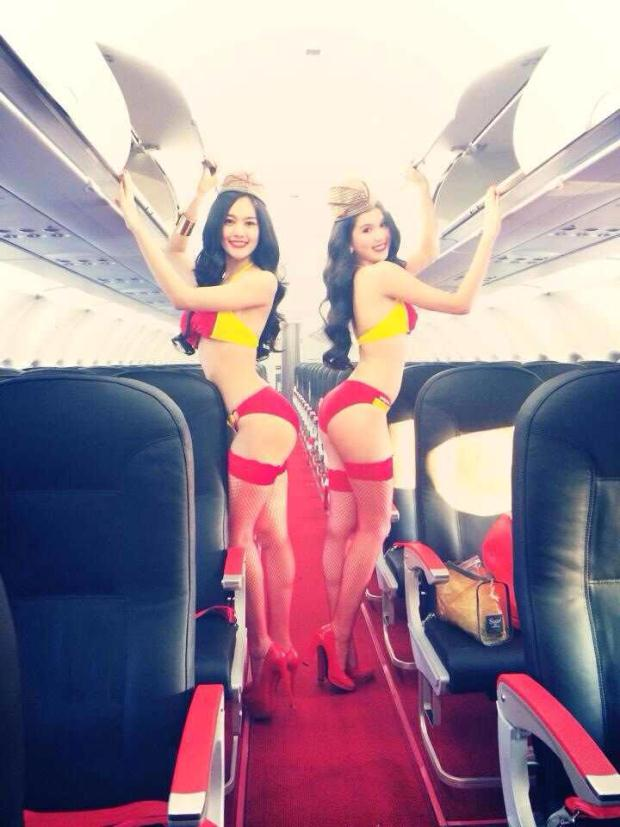 Ngọc Trinh gây sốc mặc đồ tắm trên máy bay