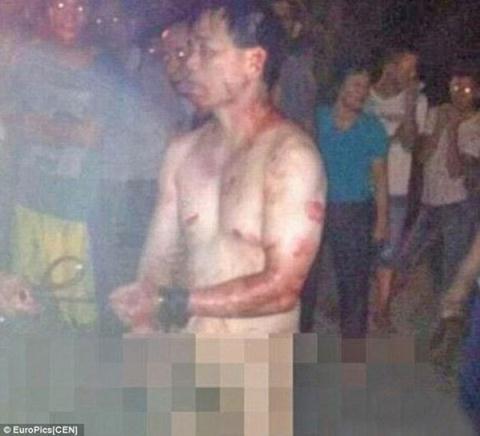Cảnh sát bị lột trần vì tằng tịu với gái có chồng