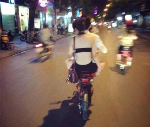 Tiếp diễn màn mặc như không của thiếu nữ Việt trên phố