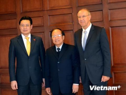 ổng giám đốc Francis Gurry, Bộ trưởng Hoàng Tuấn Anh và Đại sứ Nguyễn Trung Thành tại Geneva (từ phải sang trái). Ảnh TTXVN