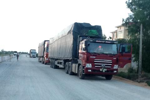 Đoàn xe quá tải chờ hạ tải.