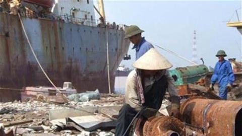 Nhập tàu cũ về phá: Siêu lợi nhuận nhưng rất...nguy hại!