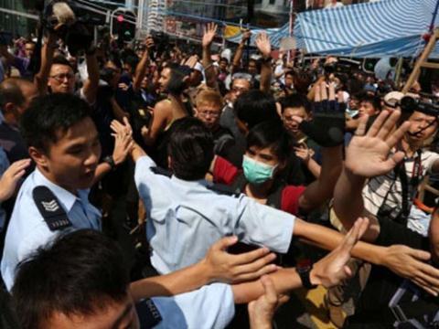 Cảnh sát Hồng Kông và người biểu tình đối đầu tại khu mua sắm Mong Kok hôm 5/10