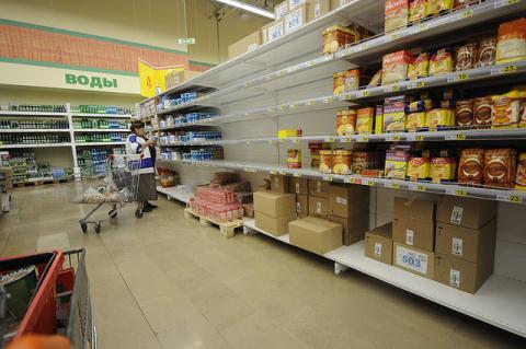 Các quầy hàng trong siêu thị của Nga cạn kiệt thực phẩm vì lệnh trừng phạt mà Moscow áp dụng vào nông sản châu Âu