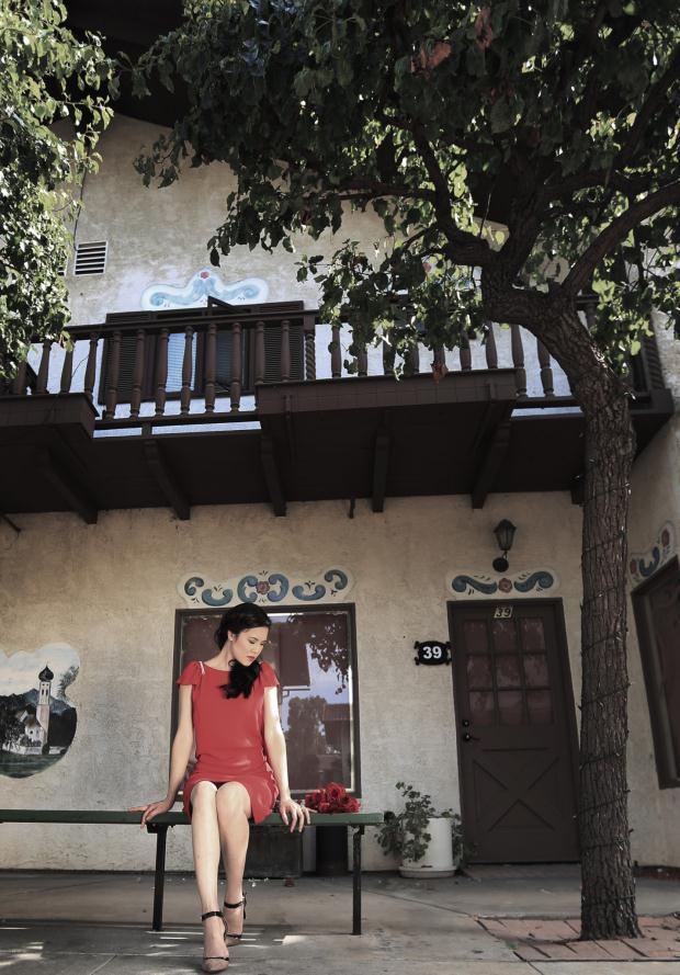 """Thu Phương nhiều lần nói rằng cô tìm thấy sự đồng điệu ở những sáng tác của nhạc sĩ Việt Anh. Trong CD lần này Thu Phương chọn ca khúc """"Phía nào đến chân trời"""" làm chủ đề, cũng là để khẳng định thêm mối lương duyên gắn bó giữa Thu Phương và tác giả của hit """"Đêm nằm mơ phố"""". Đây cũng là ca khúc Thu Phương đã lựa chọn để quay MV trong chuyến về nước đầu tháng 6 vừa rồi."""