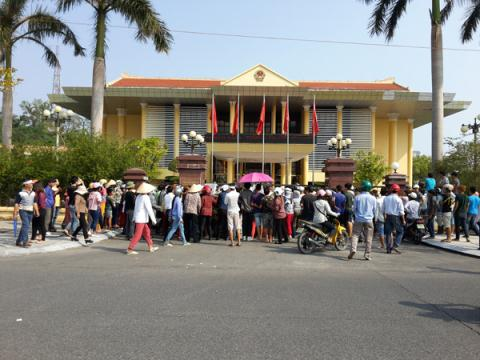 Hàng trăm người dân mang quan tài vây trụ sở UBND TP Móng Cái
