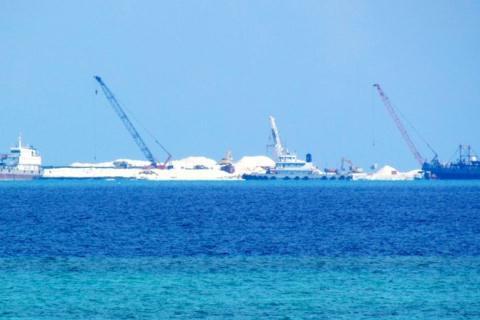 Các phương tiện của Trung Quốc tham gia xây dựng tại bãi Gạc Ma