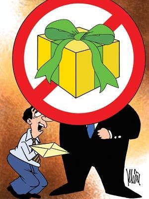 32 người nộp lại quà tặng: Tham nhũng đang biến hình?