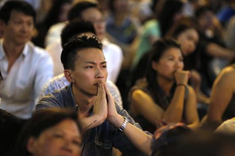 Người dân Hong Kong tụ tập nghe cuộc đối thoại với chính quyền chiều tối 21/10