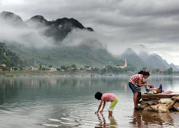 Những người dân bản địa giặt quần áo ngay trên sông (Ảnh: David W.Lloyd).