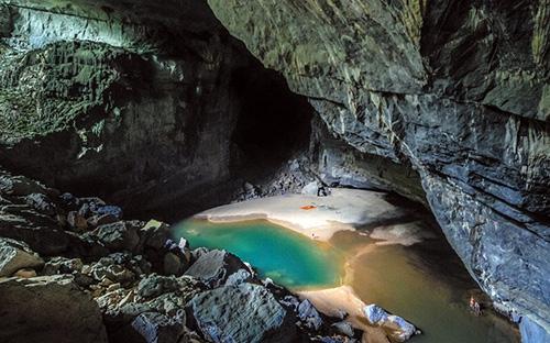 David W.Lloyd mô tả trong hang Én có cả một bãi biển (Ảnh: David W.Lloyd).