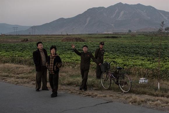 Phóng viên của Al Jazeera đã tới thăm Cánh đồng hợp tác Migok ở thành phố Sariwo'n, nơi được xem là hình mẫu của Triều Tiên, có hơn 1.700 nông dân canh tác trên 750 ha đất.