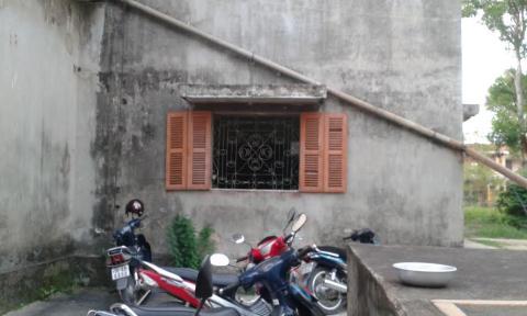 Cửa sổ nơi đối tượng dùng thắt lưng để treo cổ