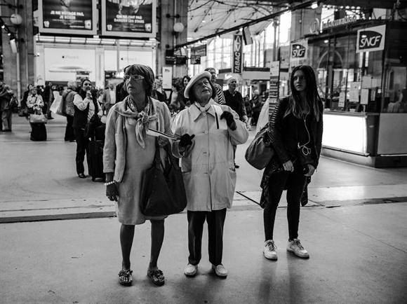 Những người phụ nữ này đang xem giờ khởi hành bên trong nhà ga. Các bảng thông báo 50 năm tuổi này sẽ được thay thế bằng các bảng điện tử để tránh tình trạng những người đứng chờ thông báo quá đông gây tắc nghẽn.