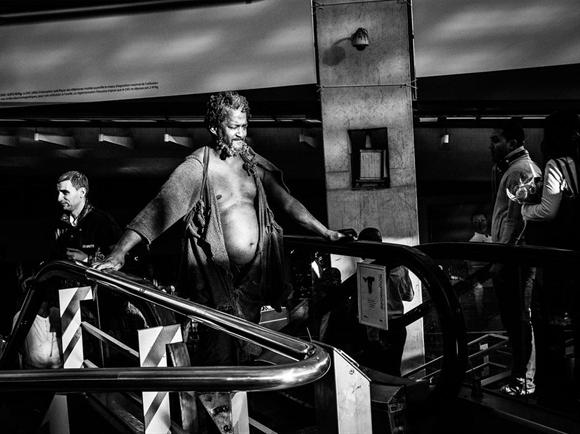 """Nằm tại quận 10 ở Paris và mở cửa 21h/ngày, nhà ga giờ đây trở thành nơi cư ngụ của những người vô gia cư. Lotfi Ouanezar tại FNARS, tổ chức các hiệp hội được SNCF tài trợ để giúp đỡ người vô gia cư, cho biết """"Đối với những người vô gia cư, Gare du Nord là nơi an toàn, khô ráo, ấm áp và cả nhà vệ sinh""""."""