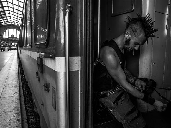 Một người sử dụng ma túy trên tàu tại nhà ga. Gare du Nord, điểm xuất phát của nhiều chuyến tàu TGV cao tốc nổi tiếng của Pháp – train à grande vitesse, cũng là điểm ưa thích của người vô gia cư, người nghiện ma túy và dân nhập cư bất hợp pháp.