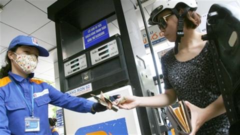 Dầu thô tụt mạnh: Giá xăng Việt Nam giảm khác thế giới