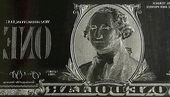 Hình Tổng thống George Washington được khắc trên bản khắc kẽm tờ tiền mệnh giá 1 USD tại Cục Chạm khắc và In ấn ở Washington.