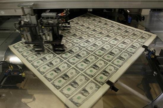 Tờ tiền mệnh giá 1 USD xoay tròn trước khi cắt thành từng đồng bạc riêng biệt trong quá trình sản xuất tại Cục Chạm khắc và In ấn tại Washington.