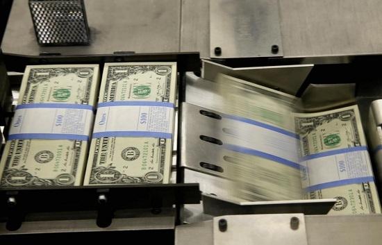 Tờ tiền mệnh giá 1 USD được xếp vào từng bó 100 tờ trong quá trình sản xuất tại Cục Chạm khắc và In ấn tại Washington.