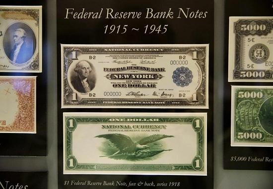 Bản tin tờ tiền mệnh giá 1 USD năm 1918 của Cục Dự trữ Liên bang Mỹ trưng bày tại Cục Chạm khắc và In ấn tại Washington.