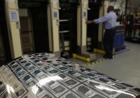 Bản khắc kém (mặt trước) tờ tiền mệnh giá 1 USD trong quá trình sản xuất tại Cục Chạm khắc và In ấn tại Washington.