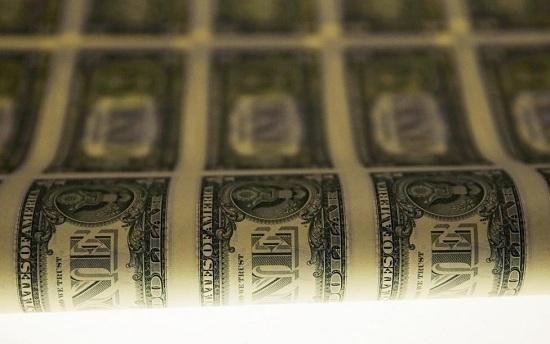 Một bản in tờ tiền mệnh giá 1 USD trên bàn chiếu sáng trong quá trình sản xuất tại Cục Chạm khắc và In ấn tại Washington.