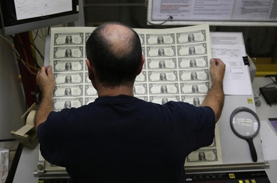 Các bản in tờ tiền mệnh giá 1 USD trong quá trình sản xuất tại Cục Chạm khắc và In ấn tại Washington.