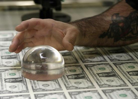 Kỹ thuật viên đang kiểm tra tờ tiền mệnh giá 1 USD trong quá trình sản xuất tại Cục Chạm khắc và In ấn tại Washington.