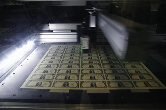 Một bản in tờ tiền mệnh giá 1 USD đang được quét để kiểm tra chất lượng trong quá trình sản xuất tại Cục Chạm khắc và In ấn tại Washington.