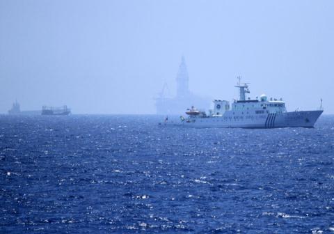 Hàng chục tàu Trung Quốc vây quanh giàn khoan Hải Dương 981  được nước này hạ đặt trái phép trong vùng đặc quyền kinh tế của Việt Nam hồi tháng 5/2014