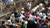 Nhà Ngọc Sơn phát tiền trước cửa cho người nghèo Sài Gòn