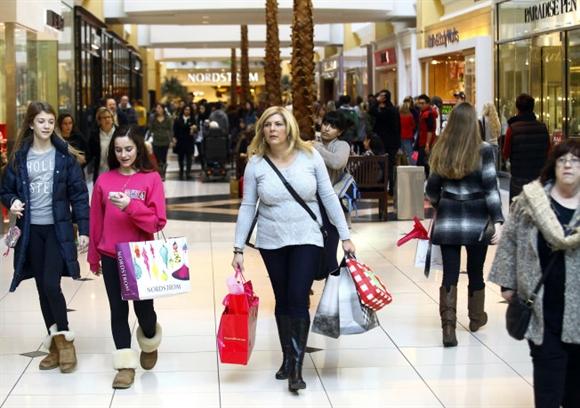 Ở Mỹ, tuy vừa mới bước sang ngày Thứ sáu nhưng ngày hội mua sắm hàng giảm giá (Black Friday) đã chính thức bắt đầu ngay sau ngày Lễ Tạ ơn. Nhiều cửa hàng bán lẻ mở cửa cho khách hàng từ 5 giờ chiều hôm trước.