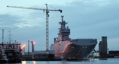 Tàu Vladivostok đang neo ở cảng Saint-Naraire ở miền Tây nước Pháp