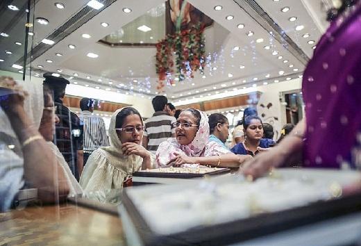 Người dân tìm mua trang sức vàng tại khu Zaveri Bazaar, Mumbai.