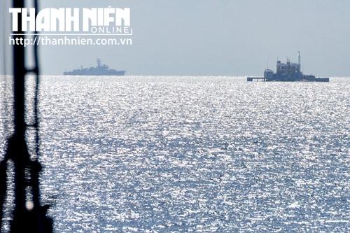 Tàu hộ vệ tên lửa của Trung Quốc (bên trái) bảo vệ Gạc Ma, ngay cạnh đó là đảo chìm Cô Lin của Việt Nam (bên phải)
