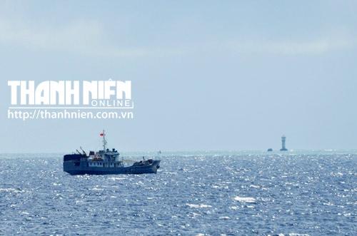 Một tàu của Việt Nam đang tiếp cận Gạc Ma. Phía trước tàu Việt Nam là cột tín hiệu trên biển và ụ neo tàu, do Trung Quốc xây dựng cạnh đảo Gạc Ma, từ sau khi chiếm đóng trái phép bãi đá
