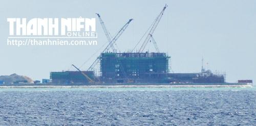 Ít nhất có 5 cần cẩu lớn đảm trách việc xây tòa nhà cao tầng trên đảo Gạc Ma. Hai cần cẩu khác vận chuyển vật liệu xây dựng, máy móc, trang thiết bị từ tàu chở hàng lên đảo