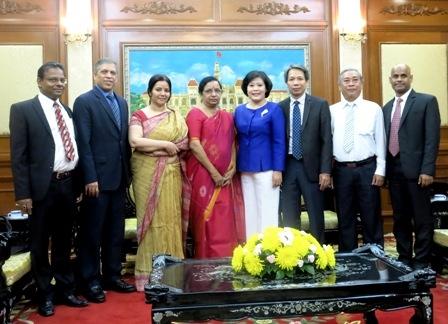 Phó Chủ tịch UBND TP Nguyễn Thị Hồng chụp ảnh lưu niệm cùng đoàn Ngân hàng Ấn Độ sau buổi tiếp