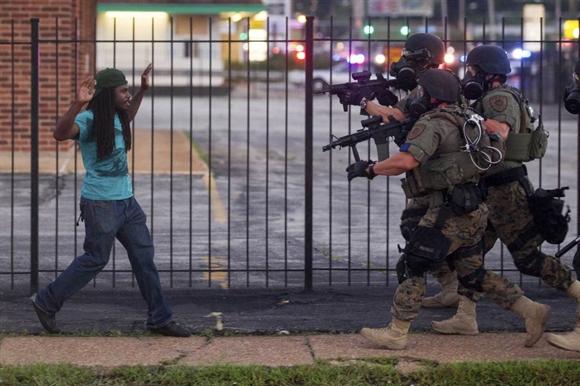 Người biểu tình đụng độ với cảnh sát trong cuộc bạo động ở Ferguson, Missouri, Mỹ sau khi tòa án thoát tội cho viên cảnh sát bắn chết thanh niên da màu.