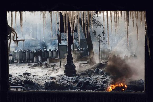 Khủng hoảng Ukraine nổ ra từ đầu 2014 sau khi chính quyền Tổng thống Viktor Yanukovick hoãn ký hiệp định với EU. Chiến sự nổ ra ở miền Đông đến nay khiến hơn 4.000 người thiệt mạng.