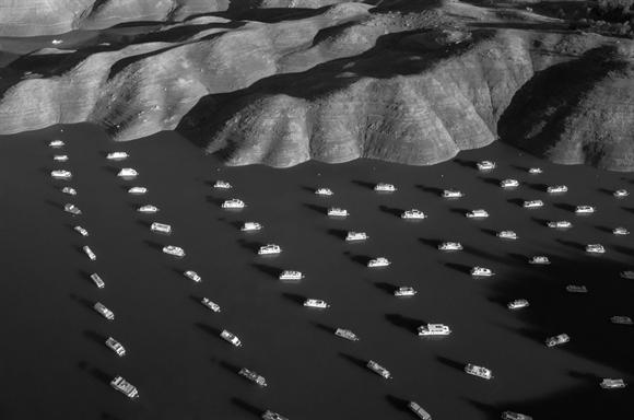 70% nhà thuyền trên hồ Oroville, California trống người ở do hạn hán nghiêm trọng. California vừa trải qua đợt hạn hán nghiêm trọng với lượng mưa thấp trong 3 năm liên tiếp, tác động nghiêm trọng đến an ninh lương thực của Mỹ.  Ảnh: Time