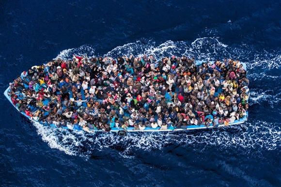 Thuyền chở người nhập cư từ châu Phi tìm cách vào Italia để vào châu Âu mong tìm kiếm một cuộc sống khá giả hơn. Hàng năm có hàng nghìn người chết vì đắm tàu khi nhập cư bằng đường này do chở quá tải và tàu quá cũ. Ảnh: Time