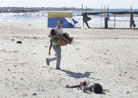 Người dân trốn chạy cuộc không kích của quân đội Israel trên dải Gaza trong tháng 7/2014. Các cuộc không kích đẫm máu kéo dài 50 ngày làm hơn 2.200 người thiệt mạng, trong đó có nhiều phụ nữ và trẻ em. Đến đêm ngày 26/8, Israel và Hamas đạt được thỏa thuận ngừng bắn lâu dài với vai trò trung gian của Ai Cập. Ảnh: NYtimes