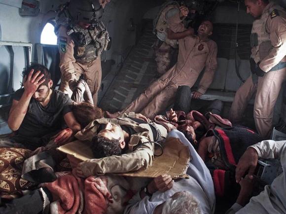Trực thăng của quân đội Iraq giải cứu tộc người bị thảm sát trên núi Sinja hôm 12/8. Nhà nước Hồi giáo tự xưng (IS) liên tiếp truy sát tộc người Yazidi thiểu số sau khi chiếm nhiều thành phố ở Iraq. Bất chấp các cuộc không kích của Mỹ và đồng minh, IS vẫn lộng hành ở Iraq và Syria. Ảnh: Time