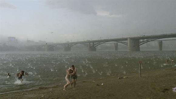 Mưa đá ở bãi biển Novosibirsk, Nga sau ra khi Siberia trải qua một mùa hè nóng bất thường. Ảnh: AP