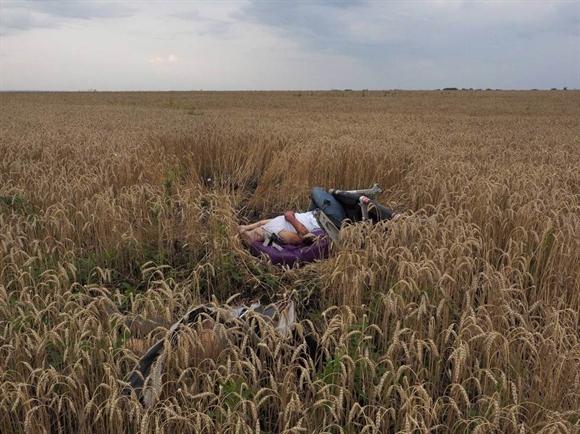 Thi thể một nạn nhân trong thảm kịch máy bay mang số hiệu MH17 bị bắn rơi ở Donetsk, miền đông Ukraine ngày 17/7. Vụ tai nạn khiến toàn bộ 298 hành khách và phi hành đoàn thiệt mạng, trong đó chủ yếu là người Hà Lan. Hiện các bên ở Ukraine đổ lỗi cho nhau sau thảm kịch này. Ảnh: Time