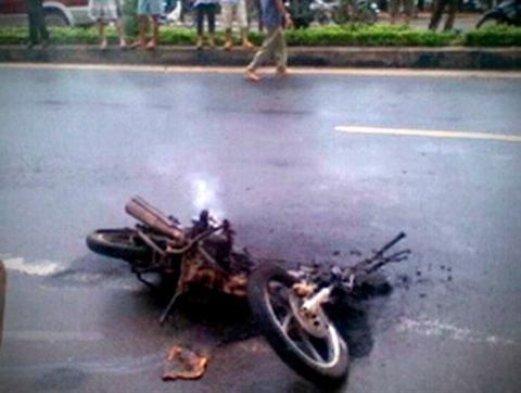Chiếc xe bị cháy toàn toàn tại hiện trường.