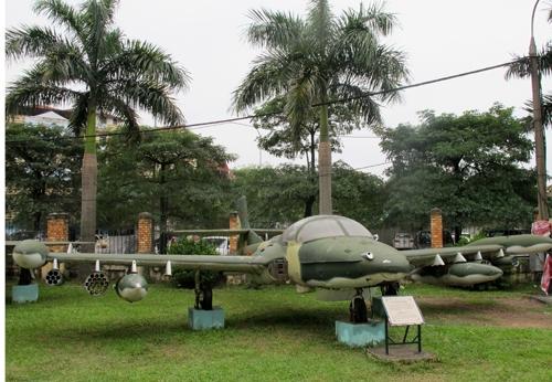 Theo Đại tá phi công Nguyễn Văn Lục - một trong những phi công điều khiển phi đội A-37 kể lại, chiếc máy bay ném bom A-37 mang số hiệu 0475, do phi công Từ Đễ điều khiển, nằm trong đội hình 5 chiếc A-37 của Phi đội Quyết thắng, xuất kích từ sân bay Phan Rang (Ninh Thuận) chiều 28/4/1975, hướng đến sân bay Tân Sơn Nhất. (Ảnh: Báo QĐND)